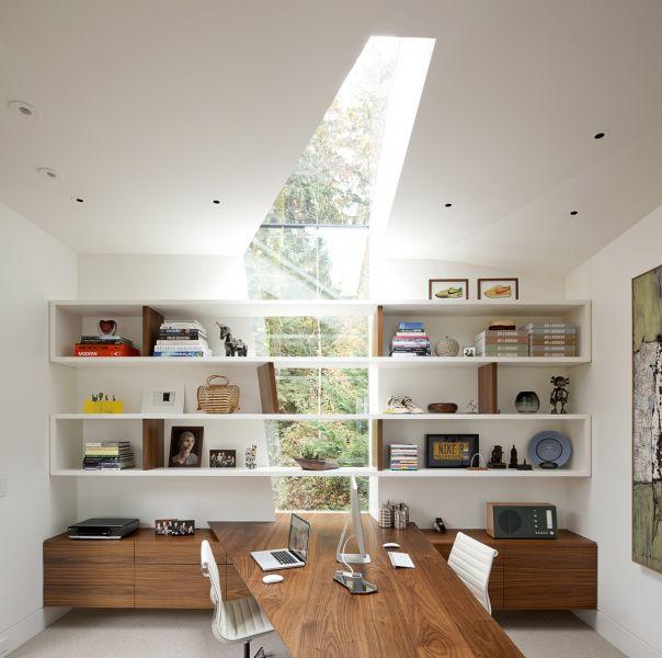 Светлый кабинет дома