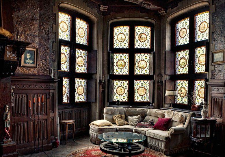 Окна и стены в готическом интерьере