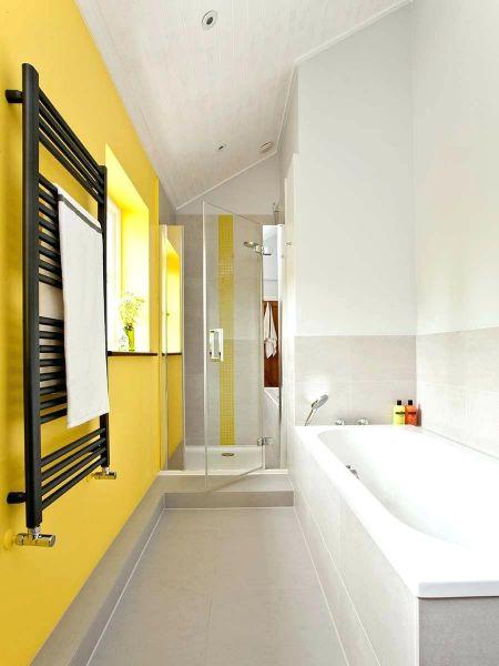 Яркий интерьер маленькой ванной