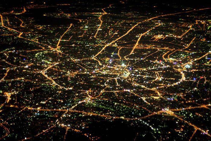 Ночной город в сиянии света от архитектурной подсветки