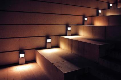Установите блок аварийного питания, который будет питать подсветку лестницы в случае пропадания электроэнергии
