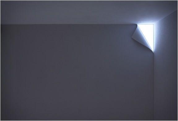 Подсветка стен придаёт изюминку даже серым стенам