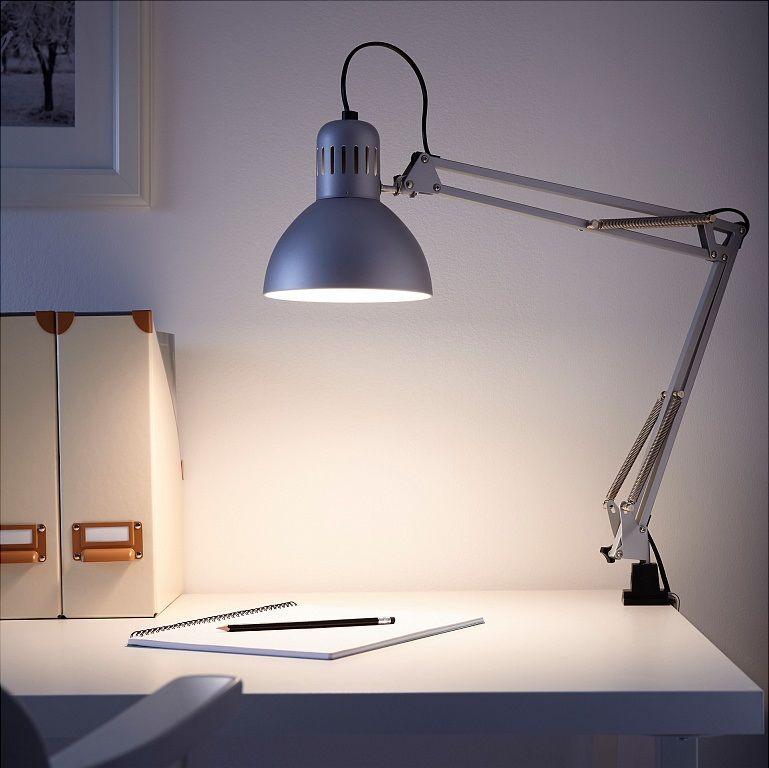 Настольная лампа на струбцине в интерьере