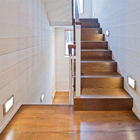 Подсветка лестниц прямоугольными встраиваемыми в стену светильниками