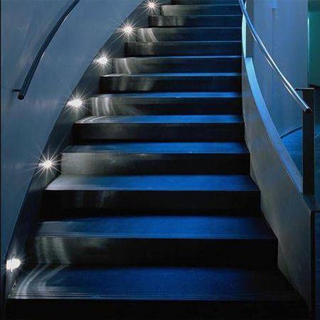 Подсветка лестниц круглыми встраиваемыми в стену светильниками