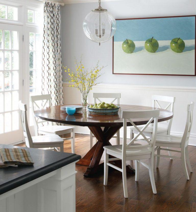 Кухонный стол в обстановке дома